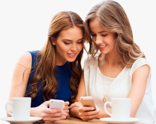 Девушки получают СМС рассылку